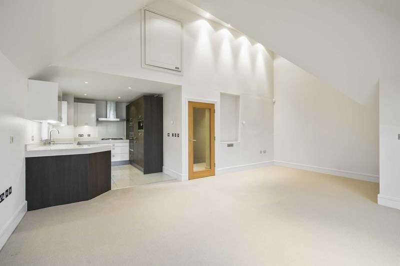 2 Bedrooms Flat for sale in Highwood House, Wayneflete Place, More Lane, Esher