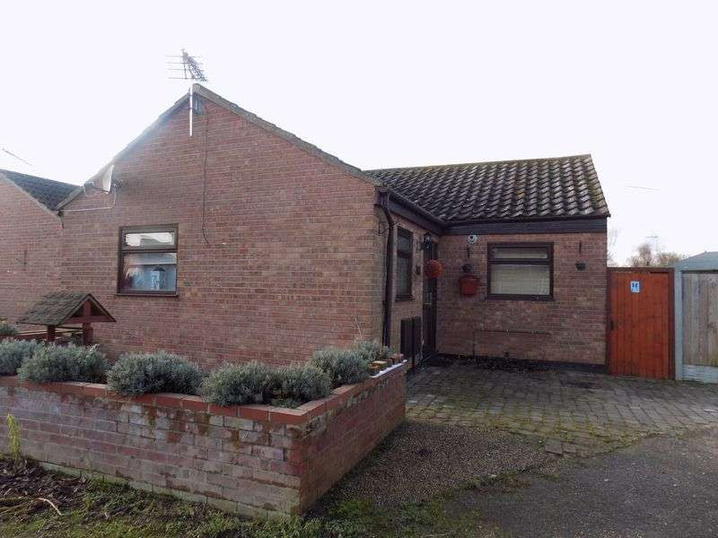 2 Bedrooms Bungalow for sale in Barn Close, Hopton, Great Yarmouth