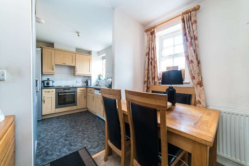 2 Bedrooms Flat for sale in Florey Gardens, Aylesbury, Buckinghamshire, HP20