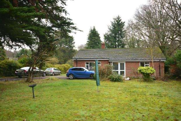 2 Bedrooms Detached Bungalow for sale in East Wellow