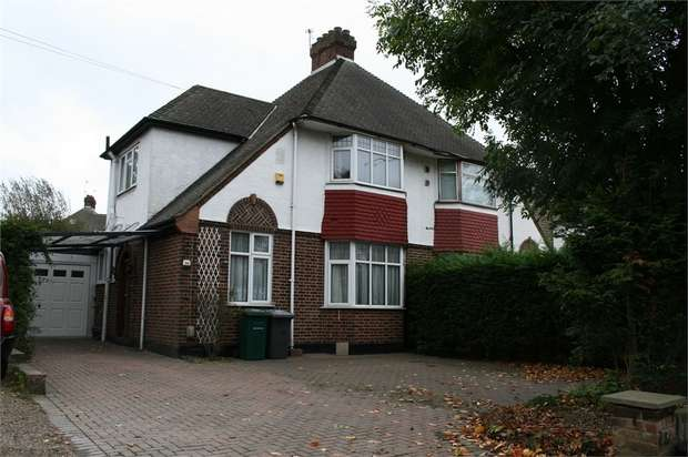 2 Bedrooms Semi Detached House for sale in Barnet Way, London