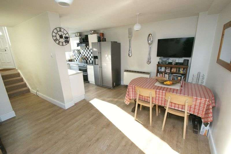 3 Bedrooms Terraced House for sale in Dunster Crescent, Hornchurch