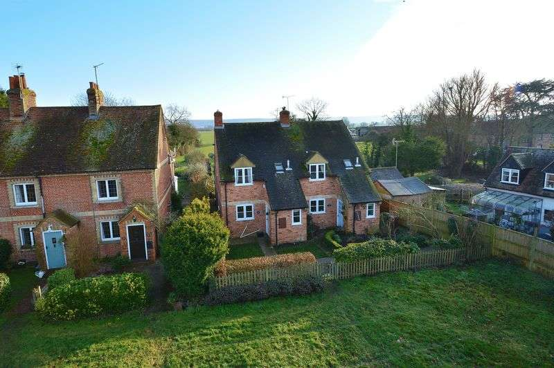 3 Bedrooms Semi Detached House for sale in The Green, Sydenham