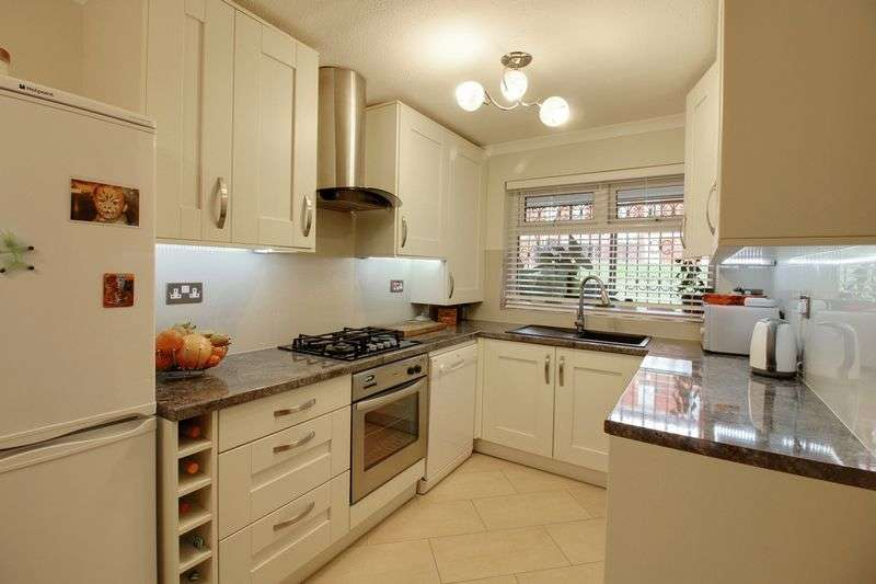 3 Bedrooms Flat for sale in Harleston Close, London