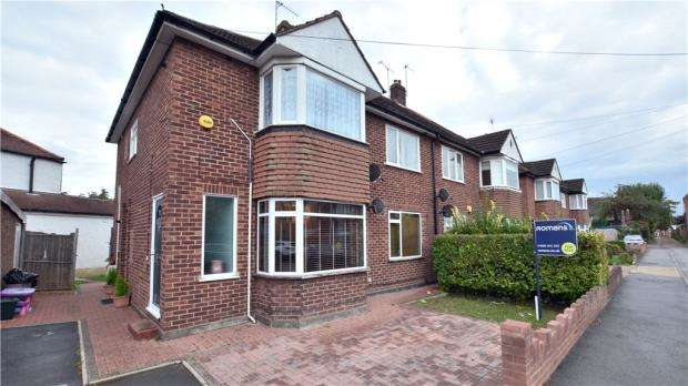 2 Bedrooms Maisonette Flat for sale in Churchill Close, Uxbridge