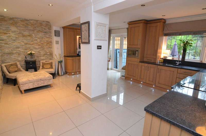 4 Bedrooms Semi Detached House for sale in Langdon Shaw, Sidcup, DA14 6AX