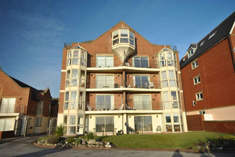 3 Bedrooms Apartment Flat for sale in South Promenade, Lytham St Annes, FY8
