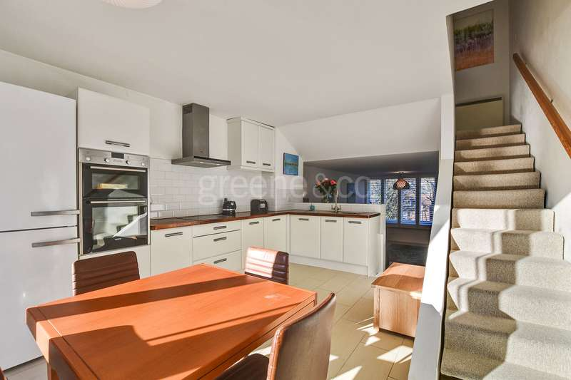 2 Bedrooms Flat for sale in Highgate Spinney, Crescent Road, Crouch End, London, N8