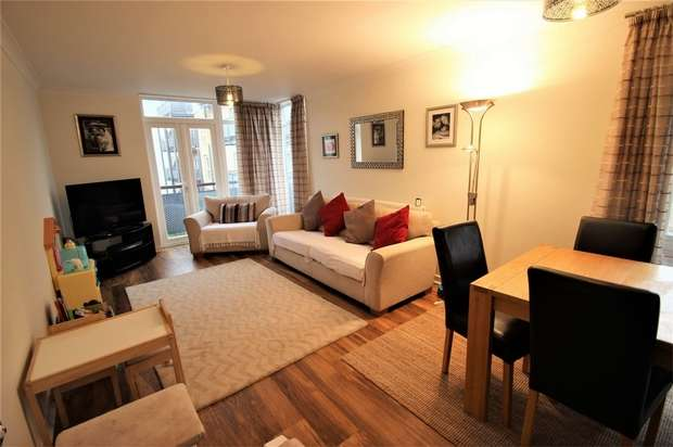 2 Bedrooms Flat for sale in Chiltern Close, Watford, Hertfordshire