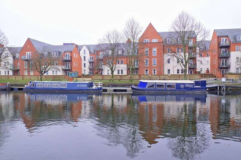 2 Bedrooms Flat for sale in John Rennie Road, Chichester
