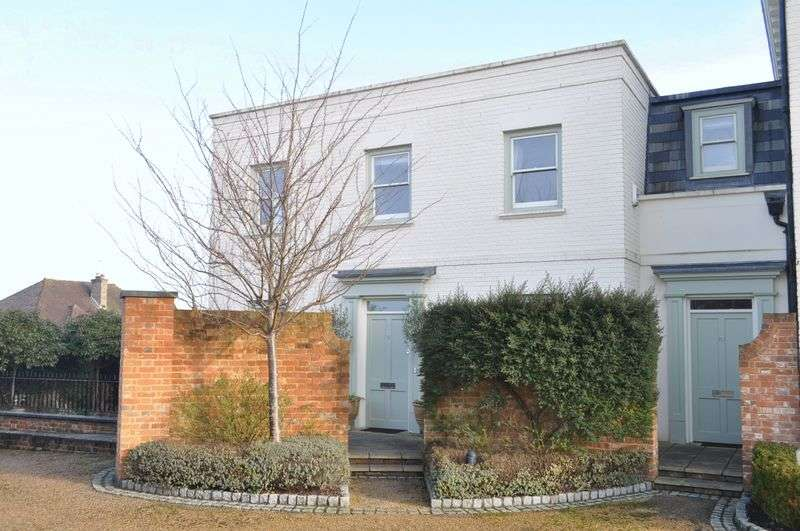 3 Bedrooms Detached House for sale in Parkers Lane, Ashtead