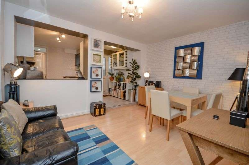 3 Bedrooms Terraced House for sale in Town Centre