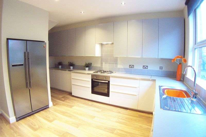 5 Bedrooms Terraced House for sale in Village Place, Leeds