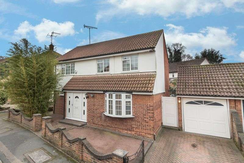 4 Bedrooms Detached House for sale in Emmaus Way, Chigwell