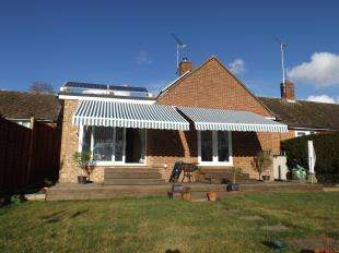 2 Bedrooms Bungalow for sale in Rivermead, Pulborough, West Sussex