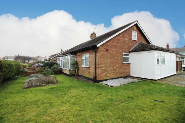 2 Bedrooms Bungalow for sale in Gretdale Avenue, Lytham St Annes, Lancashire, FY8 2EE
