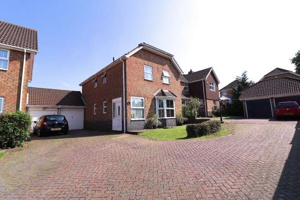 4 Bedrooms Detached House for sale in Chiltern Close, Eastbourne, BN23