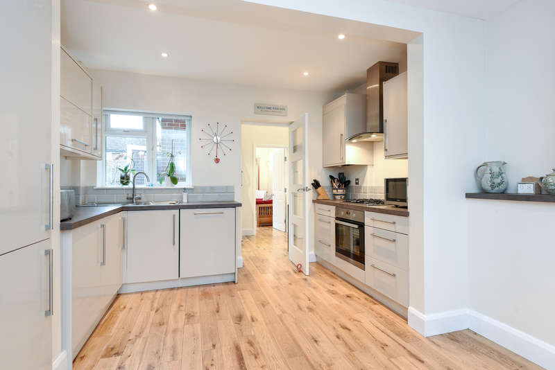 3 Bedrooms Terraced House for sale in Bankside Drive, Thames Ditton