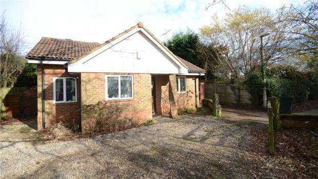 2 Bedrooms Detached Bungalow for sale in Micklands Road, Caversham, Reading