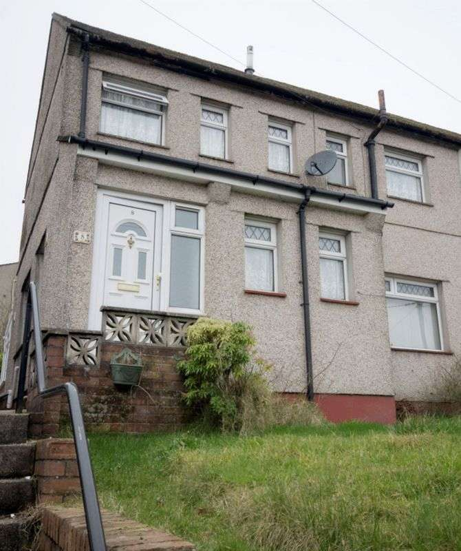3 Bedrooms Semi Detached House for sale in Hillside Drive, Cwmfields, Pontypool