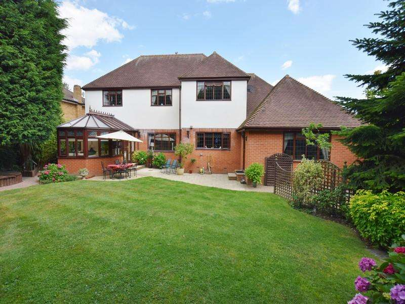 4 Bedrooms Detached House for sale in Hermitage Avenue, Thundersley
