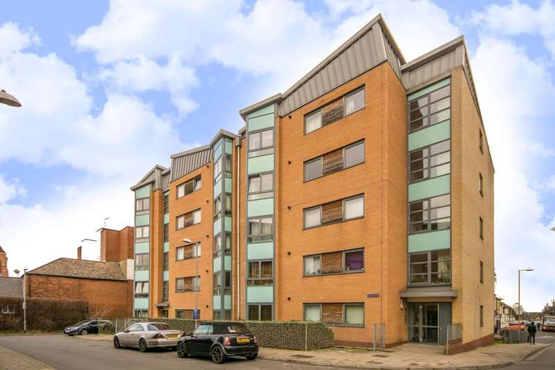 2 Bedrooms Flat for sale in Lewis Gardens, Stamford Hill, N16