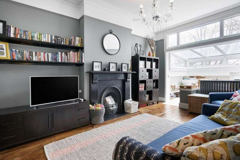 3 Bedrooms Flat for sale in Culverden Road, Balham, SW12