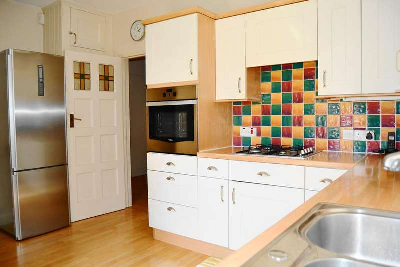 3 Bedrooms Ground Flat for sale in Gloucester Court, The Drive, Ilford IG1