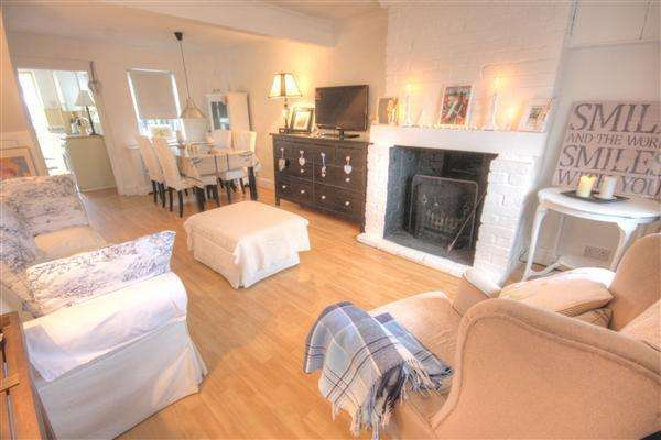 2 Bedrooms Terraced House for sale in Orchard Road, East Peckham