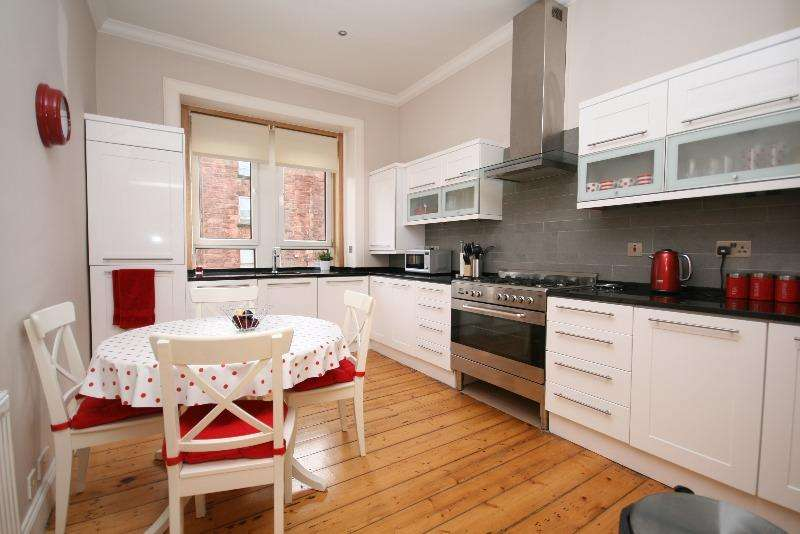 3 Bedrooms Flat for rent in Waverley Street, Shawlands, Glasgow, G41 2DY