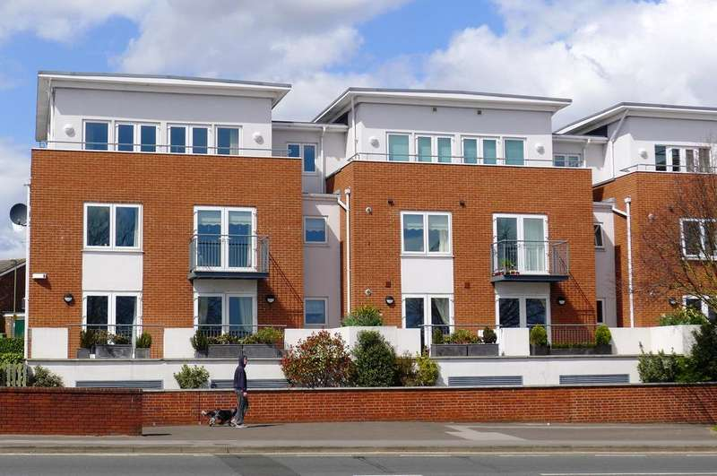2 Bedrooms Penthouse Flat for sale in FAREHAM