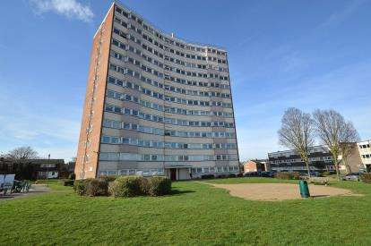 2 Bedrooms Flat for sale in Sherwood Way, Southend-On-Sea, Essex