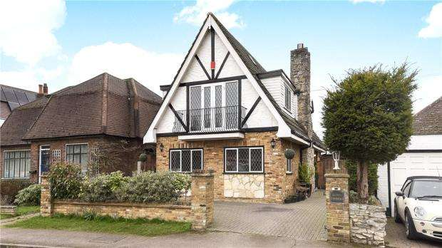 4 Bedrooms Detached House for sale in Midway Avenue, Egham, Surrey