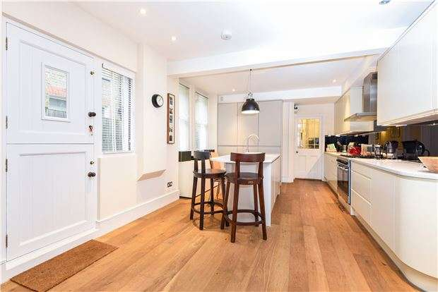2 Bedrooms Maisonette Flat for sale in Weir Road, LONDON, SW12 0ND