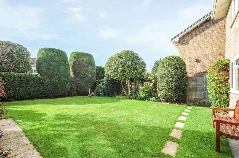 4 Bedrooms Detached House for sale in Island Close, Hayling Island, PO11