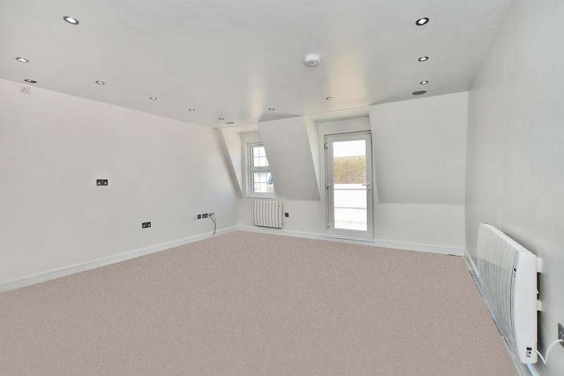 2 Bedrooms Penthouse Flat for rent in High Street, Camberley