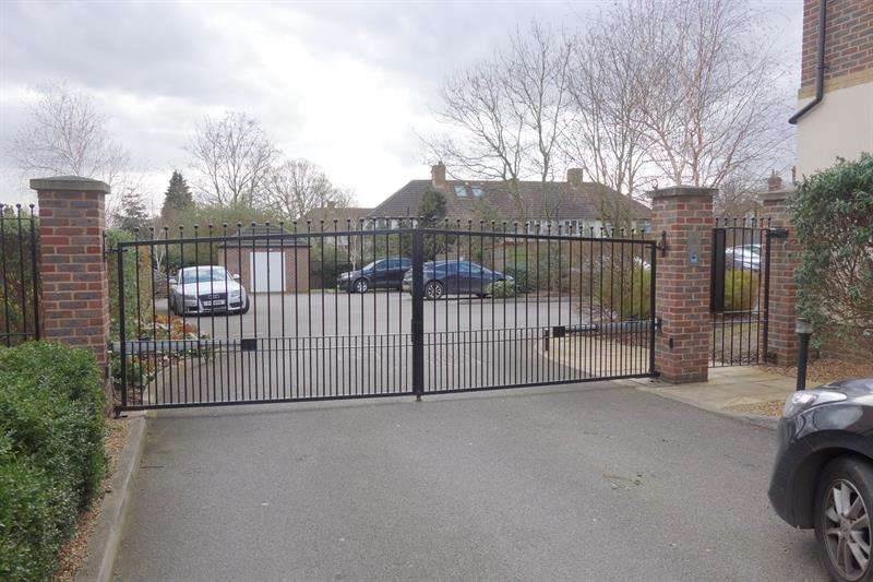 2 Bedrooms Flat for sale in Pemberton Court, 101Southbury Road, Enfield