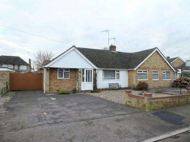 2 Bedrooms Semi Detached Bungalow for sale in Larksfield Road, Banbury