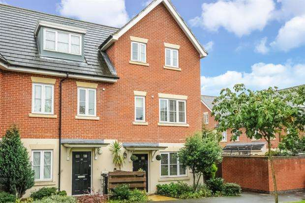 4 Bedrooms End Of Terrace House for sale in Cross Way, London