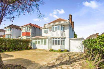 3 Bedrooms Detached House for sale in Tudor Gardens, London, Kingsbury, London
