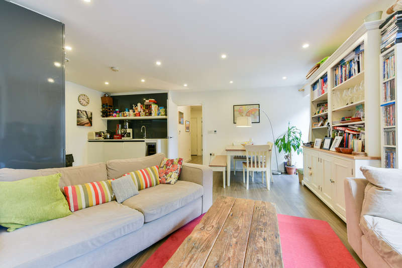 2 Bedrooms Flat for sale in Loxford Gardens, N5 1FW