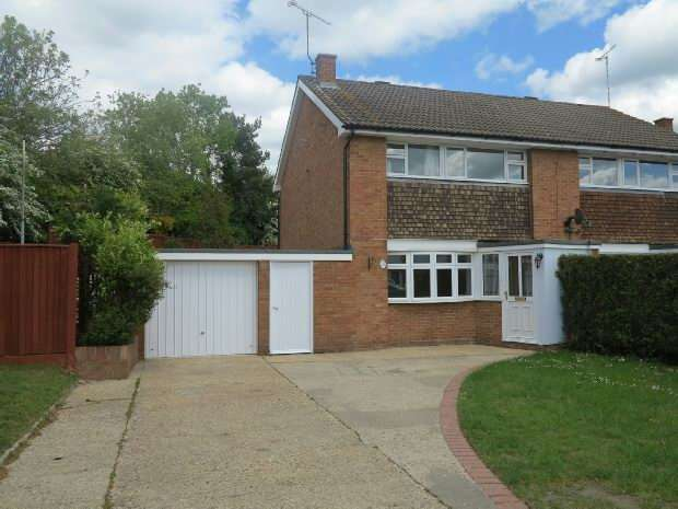 3 Bedrooms Semi Detached House for rent in Vauxhall Drive, Woodley, RG5 4EB