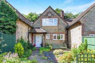 2 Bedrooms Terraced House for sale in Stone Court, Petersfield Road, Midhurst, West Sussex