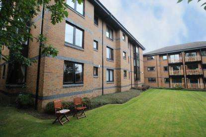 3 Bedrooms Flat for sale in Victoria Gardens, Paisley