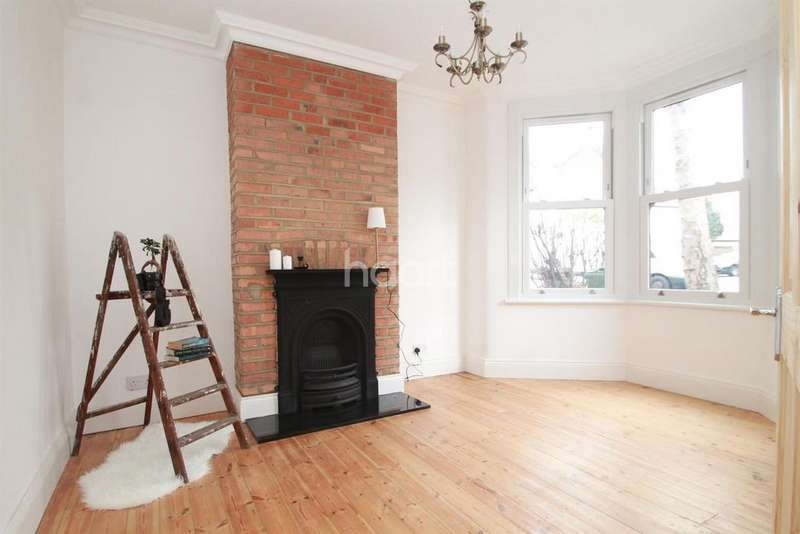 2 Bedrooms Flat for sale in Markhouse Road