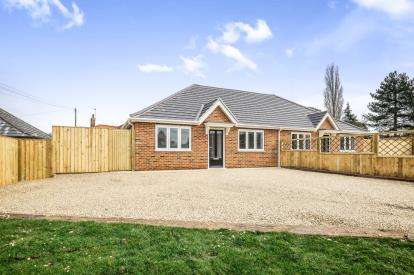 2 Bedrooms Bungalow for sale in Worlingham, Beccles, Suffolk
