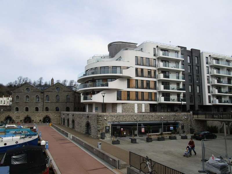 3 Bedrooms Apartment Flat for rent in Harbourside, Invicta, BS1 5SY