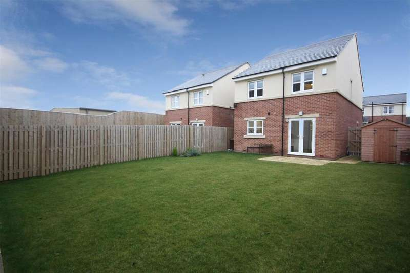 4 Bedrooms Detached House for sale in Little Moor Close, Pudsey