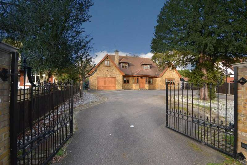 4 Bedrooms Chalet House for sale in Herbert Road, Hornchurch, Essex, RM11