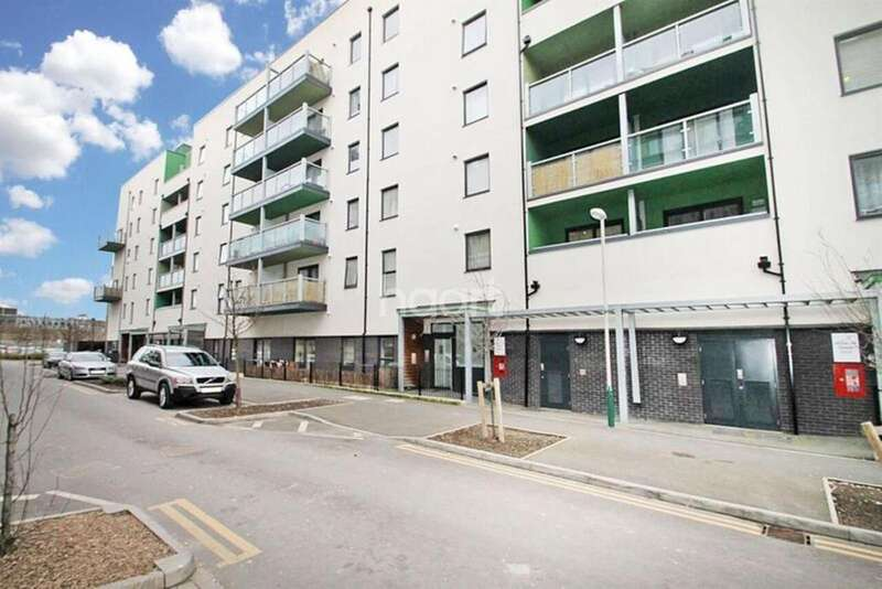 2 Bedrooms Flat for sale in Chapel Court, Crown Drive, Romford